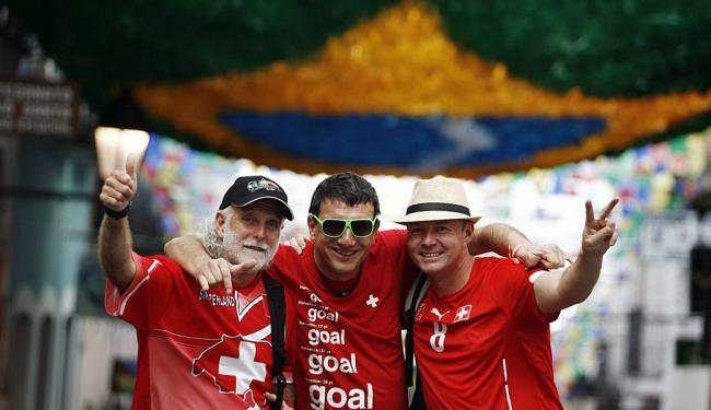 Amigos suíços aproveitam que a seleção do país vai jogar em Salvador para conhecer a cidade - Foto: Raul Spinassé | Ag. A TARDE