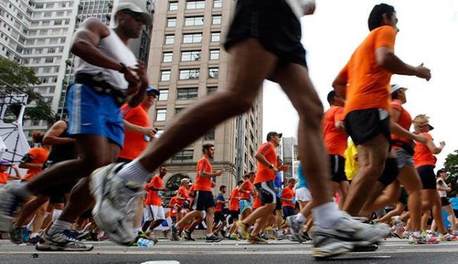 O uso do tênis nas corridas força pisar primeiro no calcanhar, o que pode causar lesões - Foto: Agência Reuters
