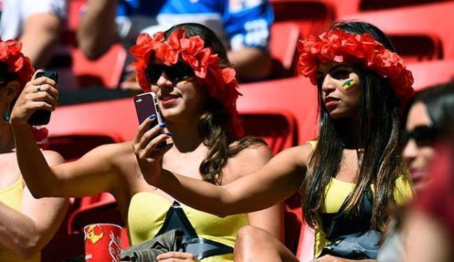 Foram postadas milhares de mensagens via smartphone nos estádios - Foto: Agência Reuters