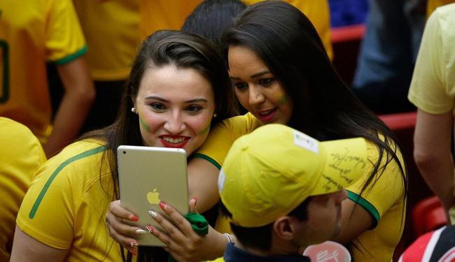 Torcedoras brasileiras posam para foto na partida entre Brasil e Camarões na última segunda - Foto: Christophe Ena | AP Photo