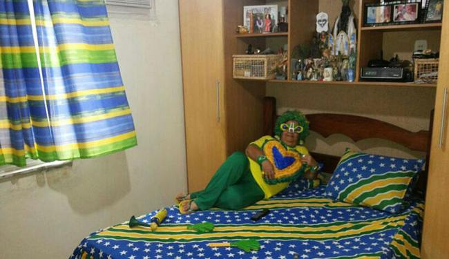 Lençol, almofada e cortinas de dona Aldy entraram no clima da torcida - Foto: Daniele   Cidadão Repórter