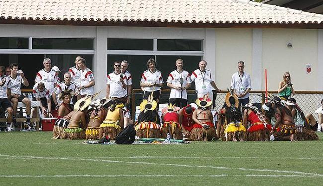 Cerca de 20 índios da tribo Pataxó tiveram um encontro especial com os atletas - Foto: Fernando Amorim | Ag. A TARDE
