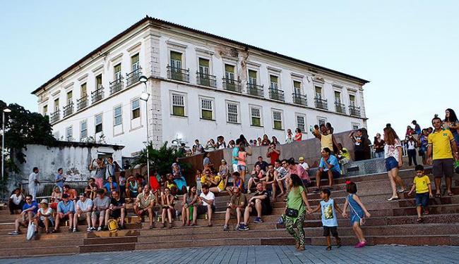 Escadaria do belvedere da Sé serve para descanso da multidão após horas de passeio - Foto: Fotos Fernando Vivas | Ag. A TARDE