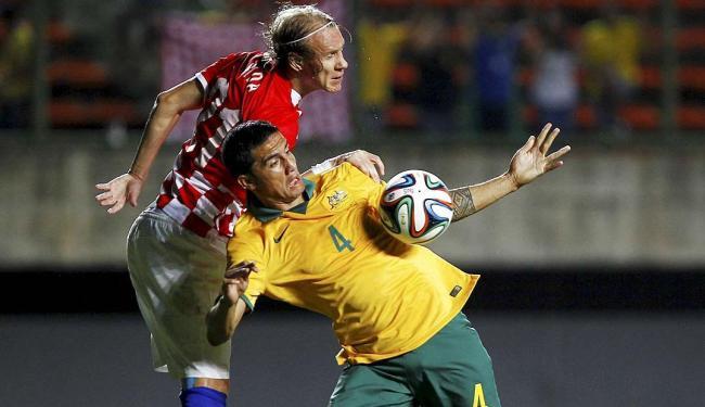 O zagueiro Vida, da Croácia, disputa bola com o atacante Cahill - Foto: Eduardo Martins | Ag. A TARDE