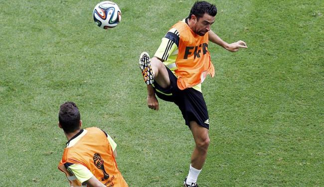 Xavi fez reconhecimento do gramado da Fonte Nova - Foto: Marcos Brindicci | Agência Reuters