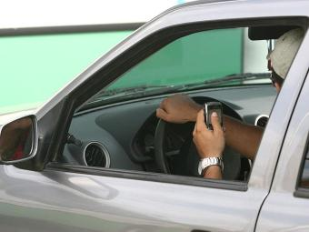 Uso do celular continua alto ao volante, apesar dos riscos - Foto: Raul Spinassé   Arquivo   Ag. A TARDE