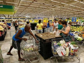 Os supermercados irão funcionar normalmente, fechando minutos antes da partida e reabrindo depois - Foto: Luciano da Matta   Ag. A TARDE