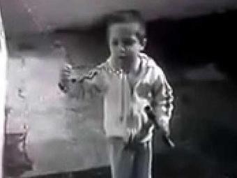Garoto sopra bolhas de sabão enquanto elogia Seleção Brasileira - Foto: Reprodução   Youtube