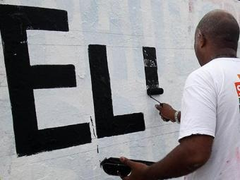 A equipe estava trabalhando no muro situado na avenida ACM - Foto: Lúcio Távora | Ag. A TARDE