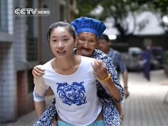 Huang quer retribuir os cuidados da avó durante sua infância - Foto: Reprodução | CCTV News