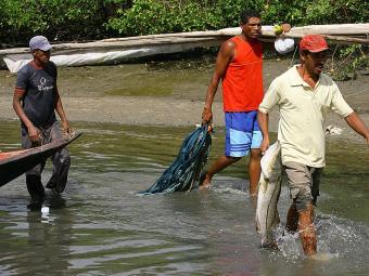 Pescadores baianos de robalo têm até o dia 31 de julho para requerer o seguro-desemprego - Foto: Marco Aurélio Martins | Ag. A TARDE