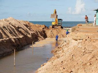 A praça, danificada por conta de uma ressaca marítima, teve as obras iniciadas há 10 dias - Foto: Joá Souza   Ag. A TARDE