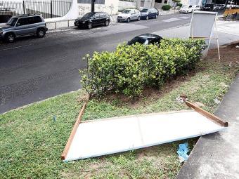 As placas devem ficar bem fixadas para não voarem e acabar causando acidentes - Foto: LUCIO TAVORA| Ag. A TARDE