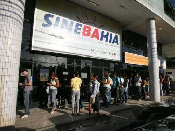 Os candidatos interessados devem se dirigir à unidade central do SineBahia ou aos postos do SAC das - Foto: Arestides Baptista | Ag. A TARDE