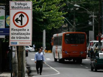 Motorista de ônibus passa mal na Rua Marquês de Caravelas, na Barra - Foto: Raul Spinassé | Ag. A TARDE