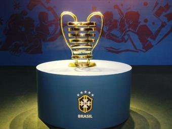 O troféu da Copa do Nordeste é inspirado na taça da Liga dos Campeões da Europa - Foto: Reprodução l FBF