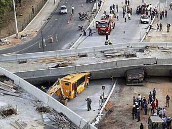 Viaduto em construção caiu sobre veículos em Belo Horizonte - Foto: Carlos Greco | Reuters