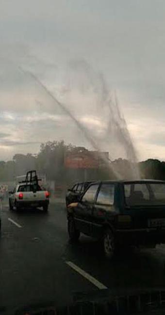 Adutora rompeu nas proximidades da entrada do CAB - Foto: Iloma Sales   Ag. A TARDE