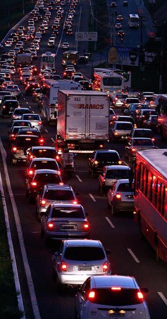 Além do fluxo do horário, o ocorrido deixou o trânsito lento no local - Foto: Walter de Carvalho   Ag. A TARDE
