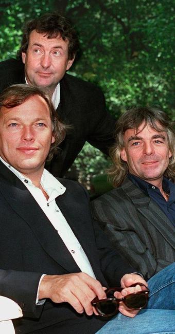 David Gilmour, Nick Mason (atrás) e Rick Wright, em foto de 1988 - Foto: Agência AP Photo