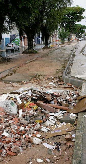 Moradores convivem com entulho jogado na calçada - Foto: Marco Aurélio | Ag. A TARDE