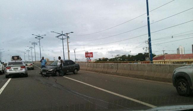 Após acidente, um dos veículos ficou atravessado na via - Foto: Thaís Seixas | Ag. A TARDE