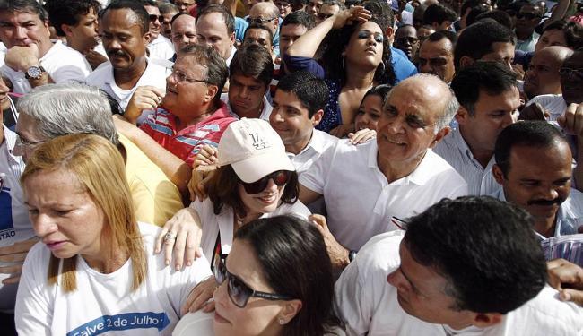 Paulo Souto, ao lado de ACM Neto, foi acompanhado de claque numerosa até o Pelourinho - Foto: Raul Spinassé | Ag. A TARDE