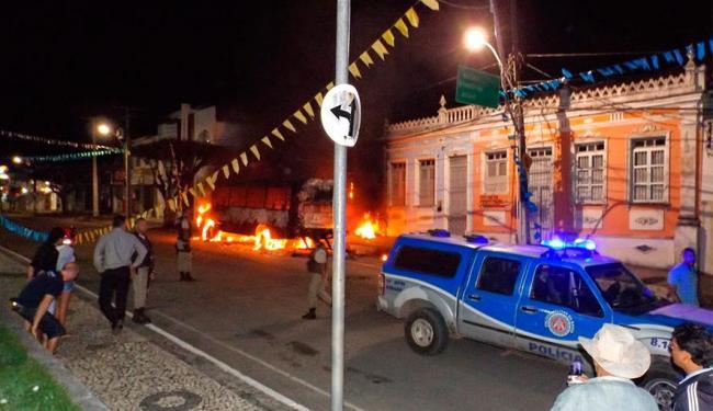 População colocou destruiu delegacia, liberou presos e colocou incêndio em veículos - Foto: Reprodução | Amargosa News