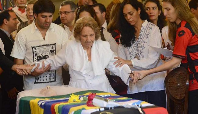 Filhos e netos de Suassuna amparam dona Zélia em velório do escritor - Foto: Clélio Tomaz | Conteúdo Estadão