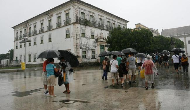 Prédio de arquitetura colonial está fechado há mais de 12 anos e em estado precário - Foto: Gildo Lima | Ag. A TARDE | 11.7.2012