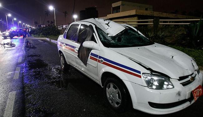 Veículo ficou parcialmente destruído após colisão com ciclista - Foto: Raul Spinassé | Ag. A TARDE