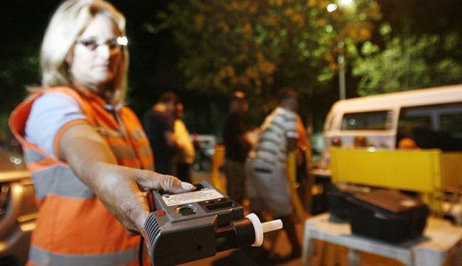 Fiscalização com bafômetro tem ajudado a evitar acidentes - Foto: Raul Spinassé   Arquivo   Ag. A TARDE