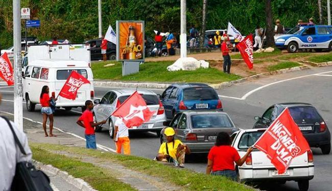 Como em todas as eleições, bandeiras ficam em riste para tentar convencer qual candidato é melhor - Foto: Iracema Chequer   Ag. A TARDE - 1.7.2010