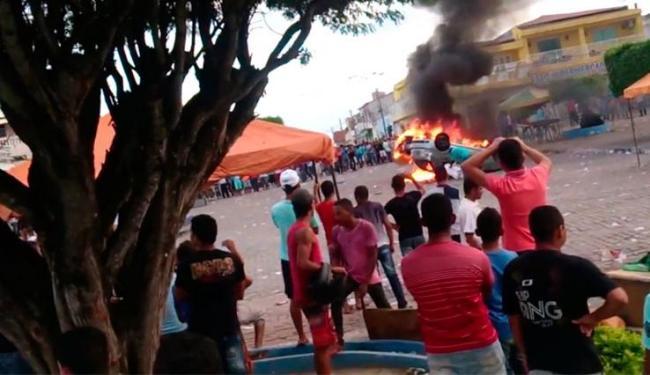 População colocou fogo em carros que seriam premiados - Foto: Reprodução   Youtube
