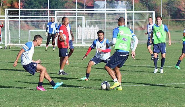 Charles observa movimentação dos jogadores durante atividade - Foto: Divulgação l E.C. Bahia