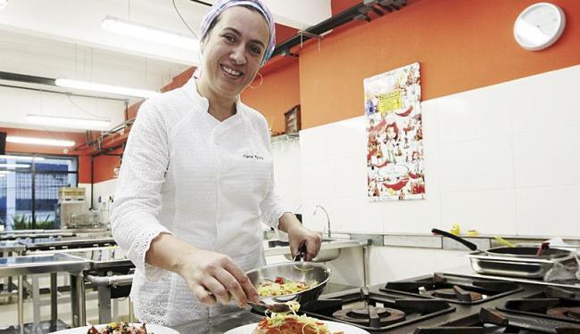 A chef Flávia combina nutrientes para criar pratos mais saudáveis - Foto: Mila Cordeiro | Ag. A TARDE