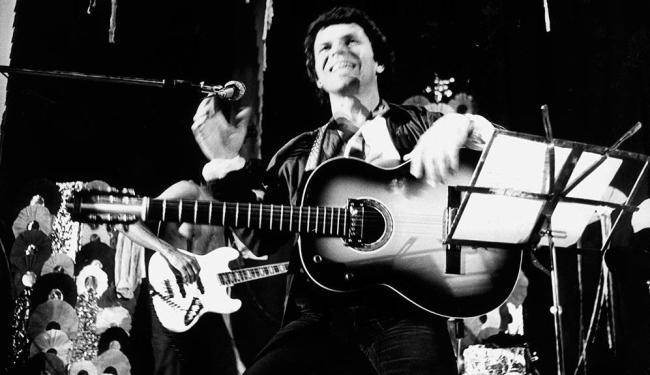 Nesta imagem do arquivo A TARDE, Cyro em 1978, em show em Salvador - Foto: Oduvaldo | Arquivo A TARDE - 1978