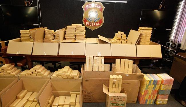 Foram 761 kg de cocaína e 130 kg de maconha que estavam enterrados em uma casa - Foto: Edilson Lima   Ag. A TARDE