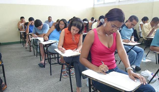 O salário varia de R$ 878,61 a R$ 1.757,21, a depender do cargo e da carga horária - Foto: Carlos Casaes | Ag. A TARDE | 26.09.2004