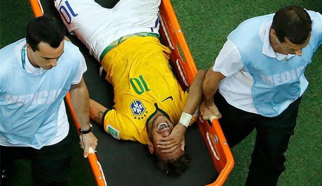 Camsa 10 do Brasil deixou o gramado de maca e chorando - Foto: Fabrizio Bensch l Reuters