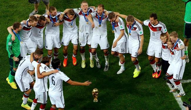 Com a taça da Copa no chão, jogadores alemães reproduzem dança de ritual dos índios Pataxós - Foto: Agência Reuters