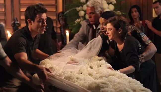Cora faz escândalo e quase derruba caixão da irmã - Foto: Pedro Curi | TV Globo