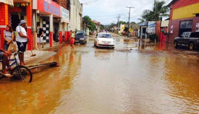 Rua em Coroa, Itaparica, ficou alagada atrapalhando a passagem de pedestres e veículos - Foto: Marcus Augusto | Voz da Bahia