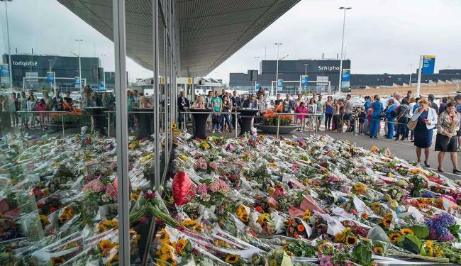 Pessoas depositam flores no aeroporto em homenagem às vítimas - Foto: Agência Reuters