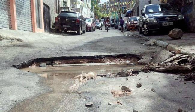 Cratera ocupa quase toda a largura da rua, prejudicando a passagem dos moradores - Foto: Samantta Muinos | Cidadão Repórter