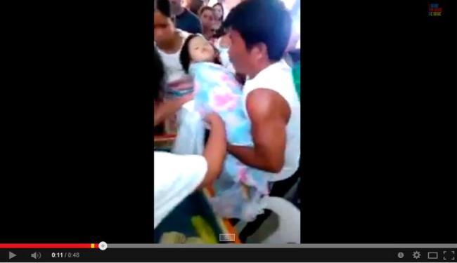 Pais retiram criança de caixão após ela se mexer no próprio funeral - Foto: Reprodução   YouTube