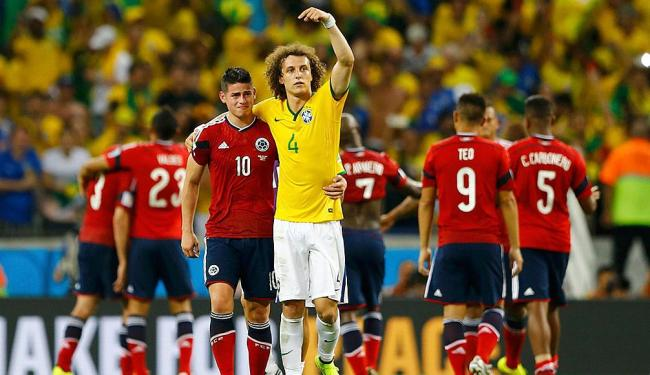 Depois da vitória, David Luiz consola o colombiano James Rodriguez - Foto: Marcelo Del Pozo | Reuters