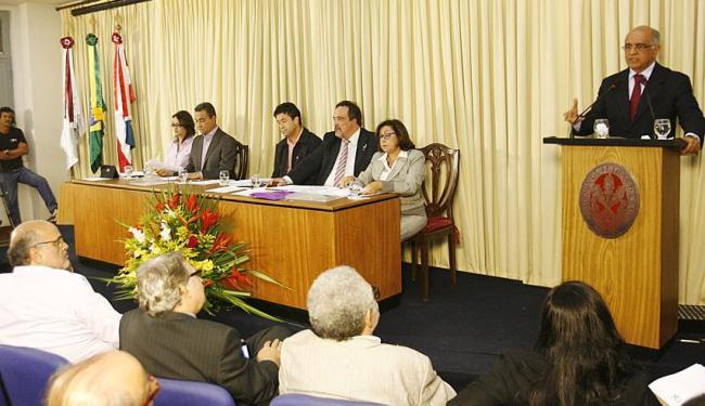 Encontro foi mediado pelo acadêmico Luiz Cajazeira Ramos no auditório da ALB - Foto: Fernando Amorim   Ag. A TARDE