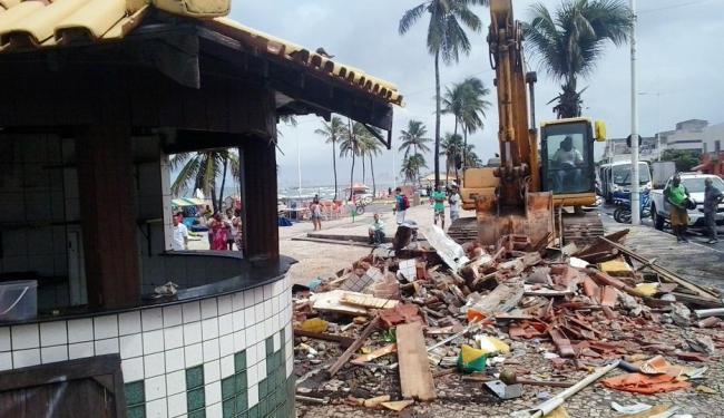 Equipes da prefeitura derrubam barracas no Largo de Itapuã - Foto: Joá Souza | Ag. A TARDE