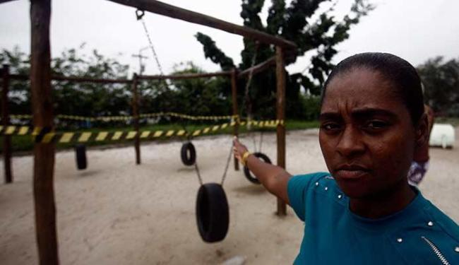 Denise dos Reis Santos, mãe do adolescente, mostra o brinquedo que se soltou e feriu Vinícius - Foto: Luiz Tito | Ag. A TARDE